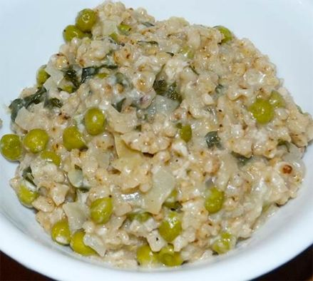 Whole grain sorghu with peas after cheese has been added, ready to eat.